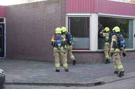 Brandweer blust brandje achter basisschool in Enkhuizen