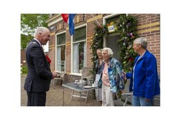 100-jarige ontvangt felicitaties van burgemeester