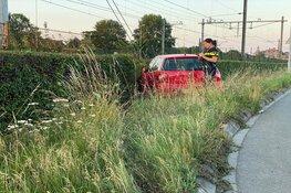 Auto vliegt uit de bocht langs spoor in Enkhuizen