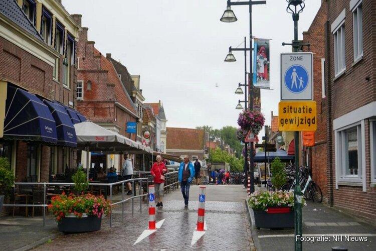 Boete of waarschuwing? Enkhuizers verontwaardigd over boete voor fietser (82) op Melkmarkt