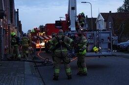 Schoorsteenbrand in Bovenkarspel, brandweer ventileert woning