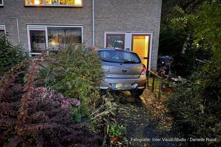 Auto in voortuin van woning Grootebroek