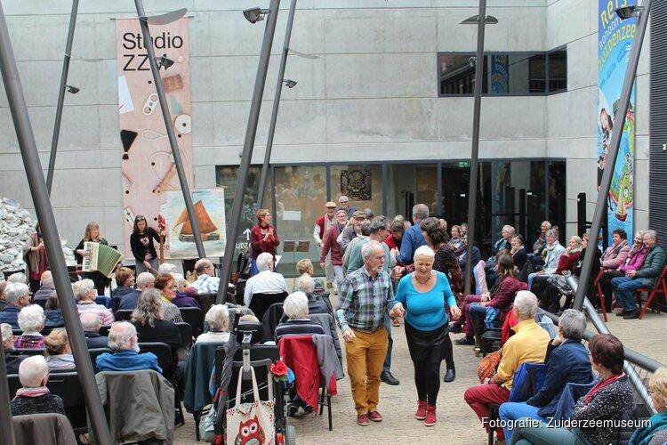 Muziek vult het atrium van het binnenmuseum