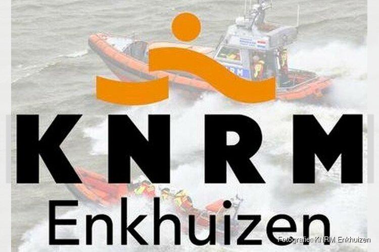 Reddingsbrigade redt gezin op boot voor kust Enkhuizen