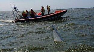 Zeilboot slaat om op IJsselmeer, tieners na drie kwartier gered