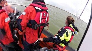 Omgeslagen vaartuig en motorsloep in problemen