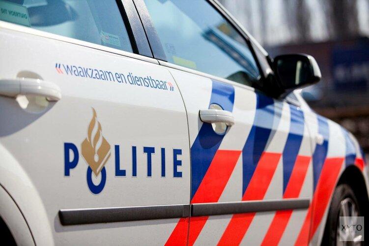 Auto in sloot Enkhuizen: behulpzame voorbijganger glijdt ook het water in