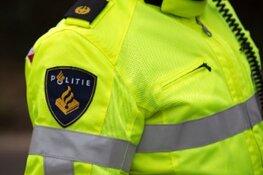 Vrachtwagen negeert verbod op dijk bij Enkhuizen en belandt op zijn kant