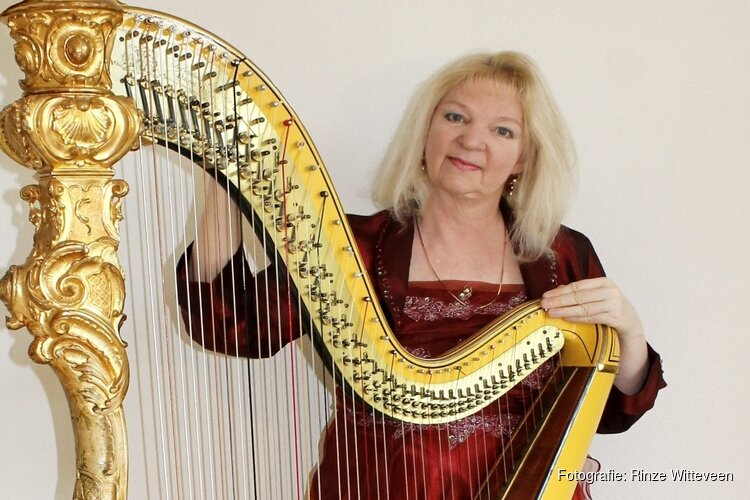 Harpiste Regina Ederveen bij boekpresentatie in Maison Erard