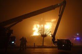 Molen verloren bij brand in Bovenkarspel: brandweer probeert overslaan te voorkomen
