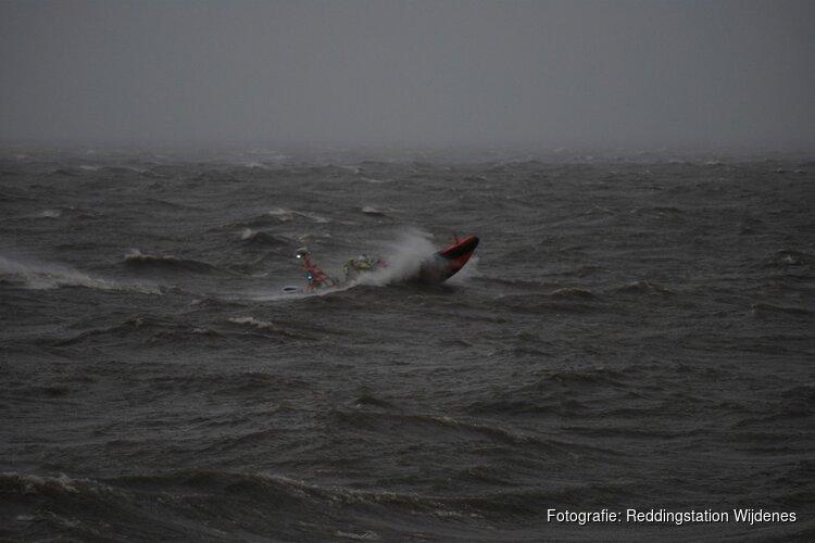 Reddingboot vaart uit voor oefening tijdens storm Ciara
