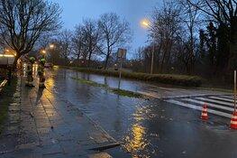 Straat afgezet in Enkhuizen om wateroverlast